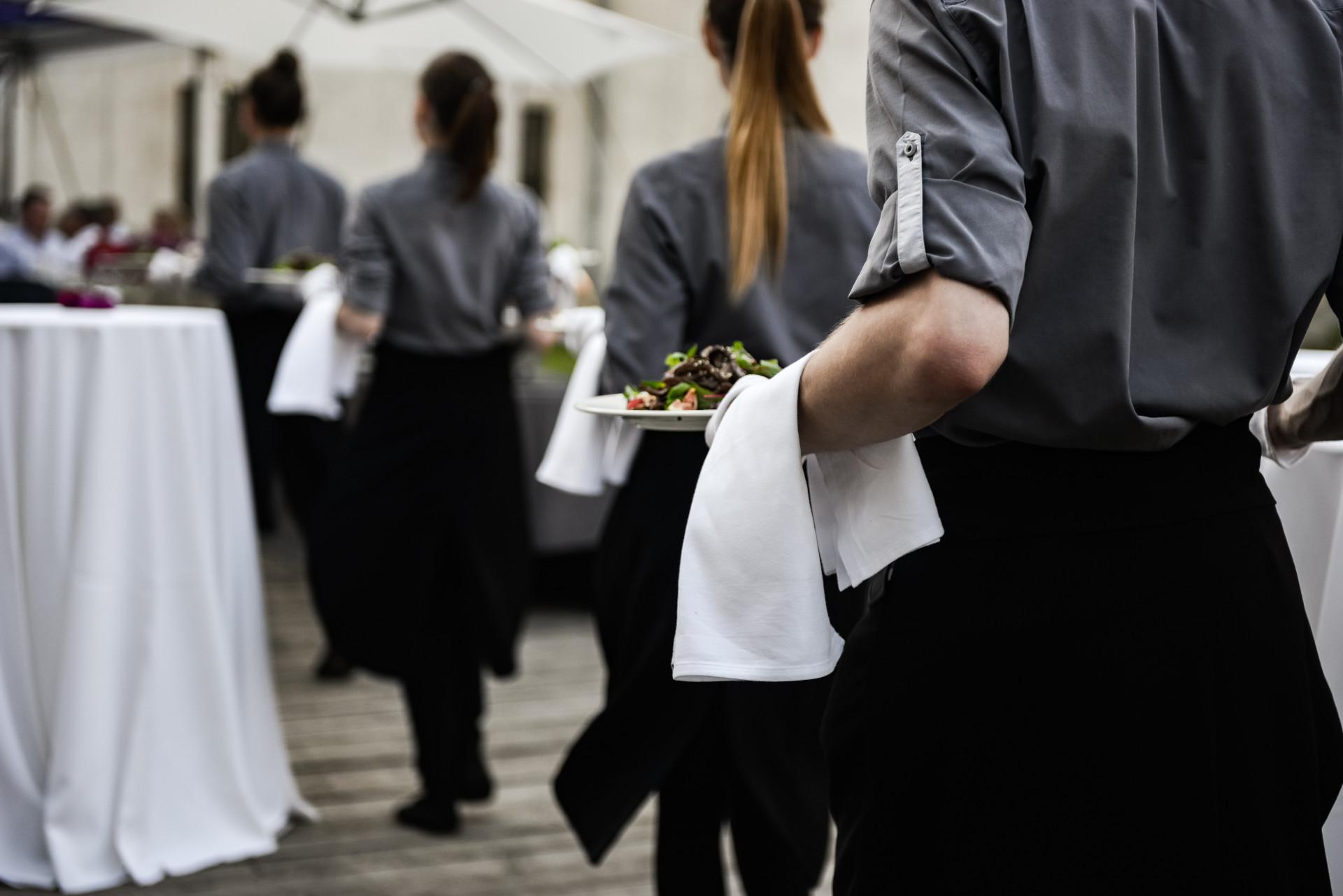 Empregados de mesa para fins de semana, férias, folgas, eventos e casamentos